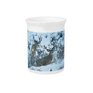 Ciervos del dólar en nieve jarras para bebida