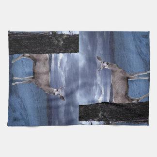 Ciervos del navidad con las montañas toallas de mano