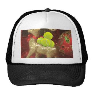Ciervos del navidad con las pelotas de tenis gorras de camionero