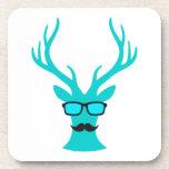 Ciervos del navidad con los vidrios del bigote y d posavasos de bebidas