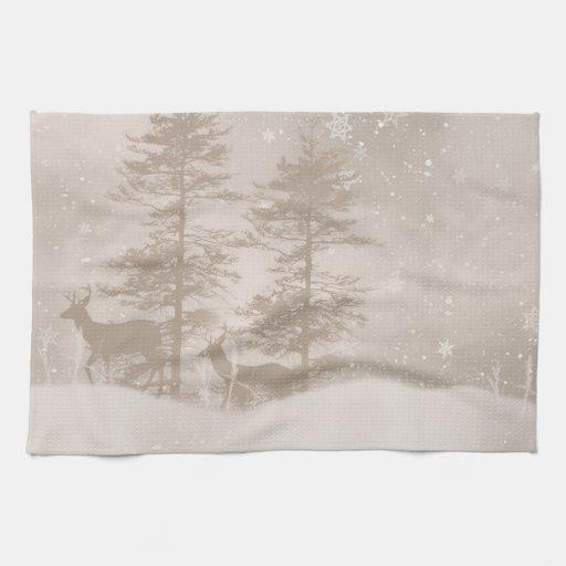 Ciervos del paisaje del invierno en la toalla del