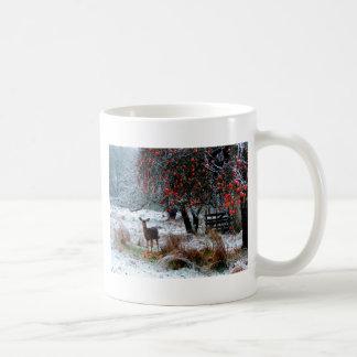 Ciervos en invierno taza básica blanca