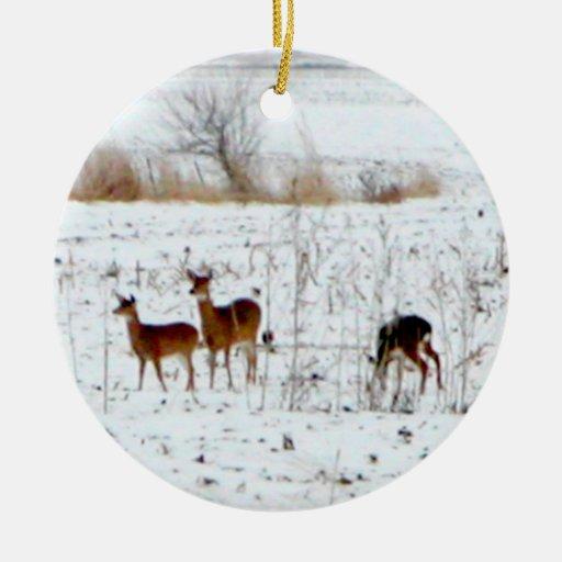 Ciervos en la nieve adorno navideño redondo de cerámica