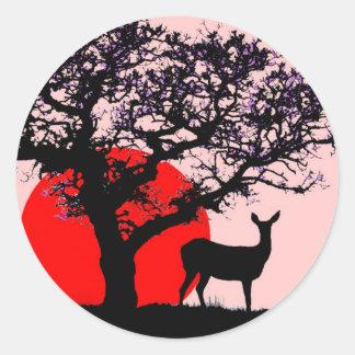 Ciervos en la puesta del sol pegatina redonda