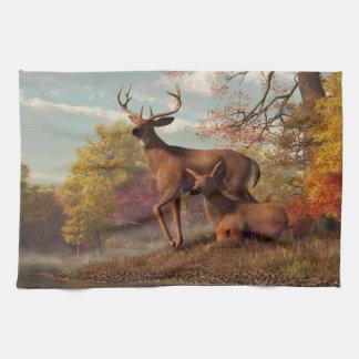 Ciervos en un otoño a orillas del lago toallas de cocina