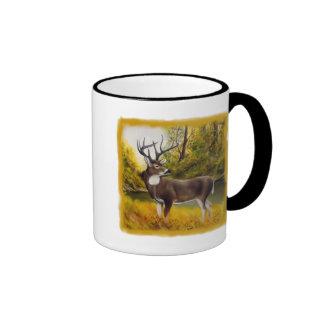 Ciervos grandes que se colocan en arboleda en prod tazas de café