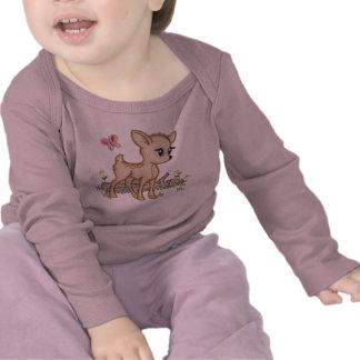 Ciervos lindos del bebé en maderas con la mariposa camisetas