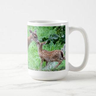 Ciervos que besan el cervatillo tazas