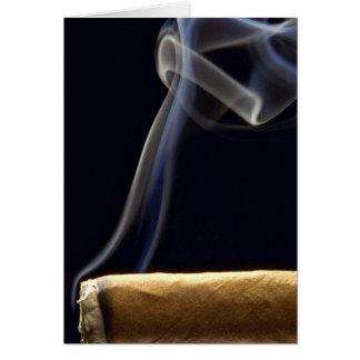 Cigarro hermoso con humo tarjeta de felicitación