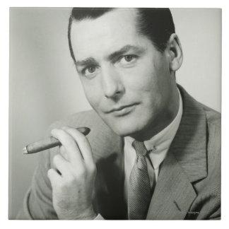 Cigarro que fuma del hombre de negocios azulejo cuadrado grande