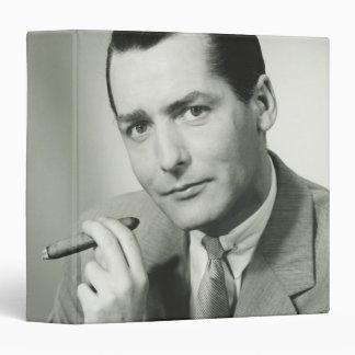"""Cigarro que fuma del hombre de negocios carpeta 1 1/2"""""""