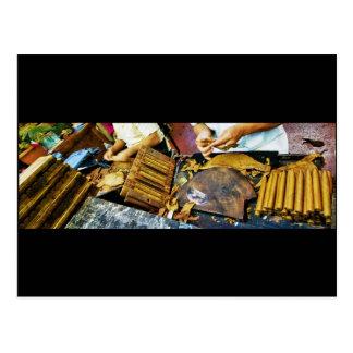Cigarro que hace en la postal de la avenida de Art