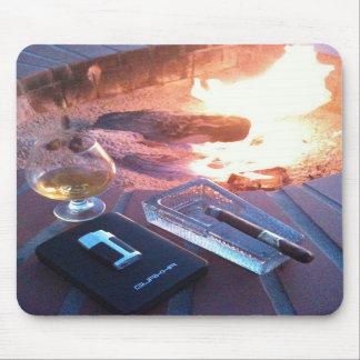 Cigarro y una bebida por el fuego - cojín de ratón mouse pads