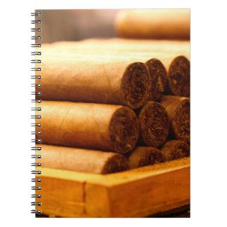 Cigarros rodados mano del Dr. de Romana del La Libretas