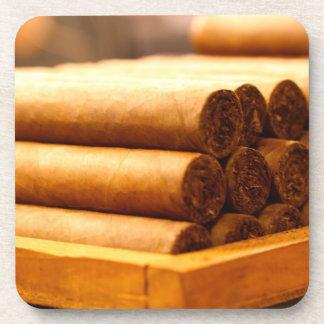 Cigarros rodados mano del Dr. de Romana del La Posavasos