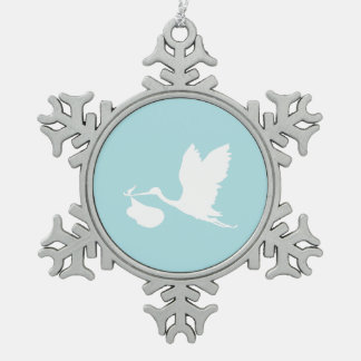 Cigüeña azul y blanca del vuelo adorno de peltre en forma de copo de nieve