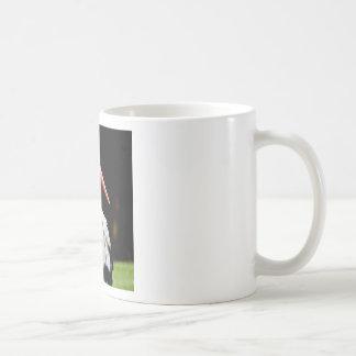 Cigüeña blanca en hierba taza clásica