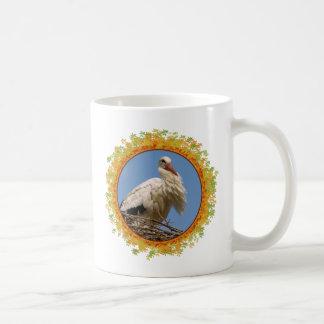 Cigüeña blanca en su jerarquía en el marco de taza