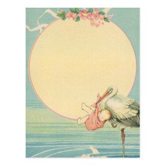 Cigüeña del vintage con la niña en manta rosada postales