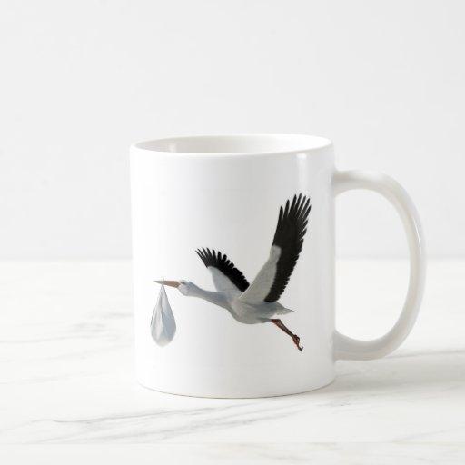 Cigüeña que entrega el paquete taza de café