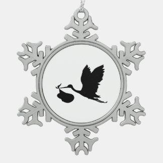Cigüeña y paquete de silueta de la alegría adorno de peltre en forma de copo de nieve