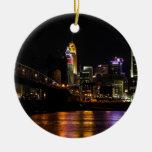 Cincinnati por noche adorno navideño redondo de cerámica