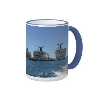 Cinco barcos de cruceros taza de dos colores