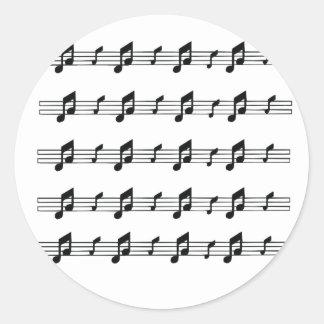 Cinco bastones de la música con el bw de las notas pegatina redonda