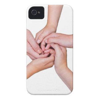 Cinco brazos adolescentes con las manos enredadas carcasa para iPhone 4 de Case-Mate