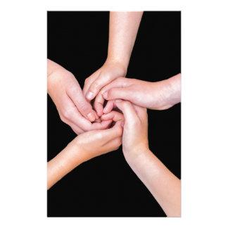 Cinco brazos adolescentes con las manos enredadas papeleria personalizada