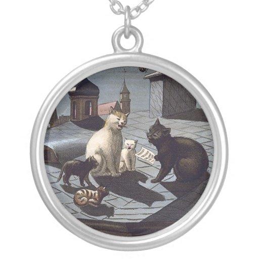 Cinco gatos que cantan en un collar plateado plata