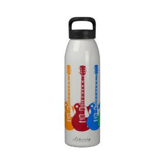 Cinco guitarras eléctricas coloridas botella de agua