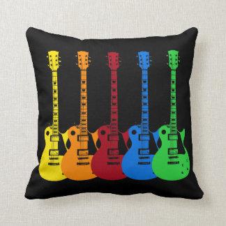 Cinco guitarras eléctricas coloridas almohada