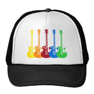 Cinco guitarras eléctricas coloridas gorros