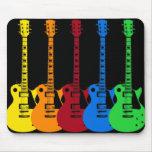 Cinco guitarras eléctricas coloridas alfombrilla de raton