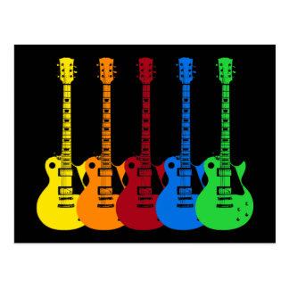 Cinco guitarras eléctricas coloridas postal