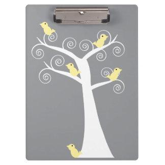 Cinco pájaros amarillos en un árbol