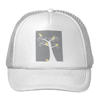 Cinco pájaros amarillos en un gorra del árbol