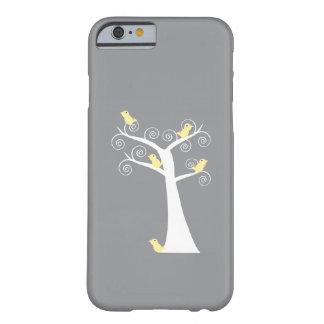 Cinco pájaros amarillos en una caja del árbol funda de iPhone 6 barely there
