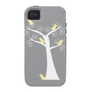 Cinco pájaros amarillos en una caja del árbol iPhone 4/4S carcasa