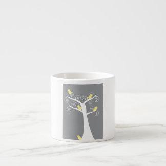 Cinco pájaros amarillos en una taza de la especial taza espresso
