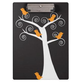 Cinco pájaros anaranjados en un árbol