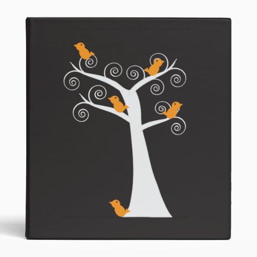 Cinco pájaros anaranjados en una carpeta del árbol