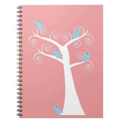 Cinco pájaros azules en un cuaderno del árbol