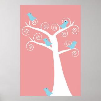 Cinco pájaros azules en un poster del árbol