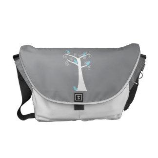 Cinco pájaros azules en una bolsa de mensajero del bolsa de mensajería