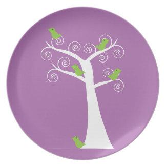Cinco pájaros verdes en una placa del árbol platos para fiestas