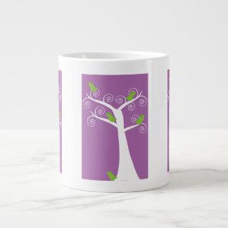 Cinco pájaros verdes en una taza de la especialida taza grande