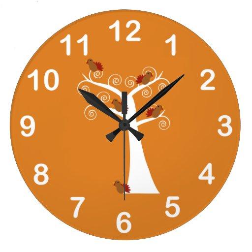 Cinco pavos de la acción de gracias en un árbol reloj redondo grande