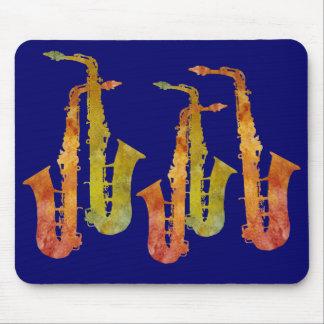 Cinco saxofones calientes alfombrillas de ratón